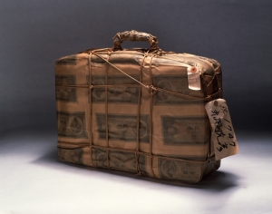 "Akasegawa Genpei ""Impound object : bag "", 1963 30 x 40 x 8 cm , fake one thousand yen notes, bag"
